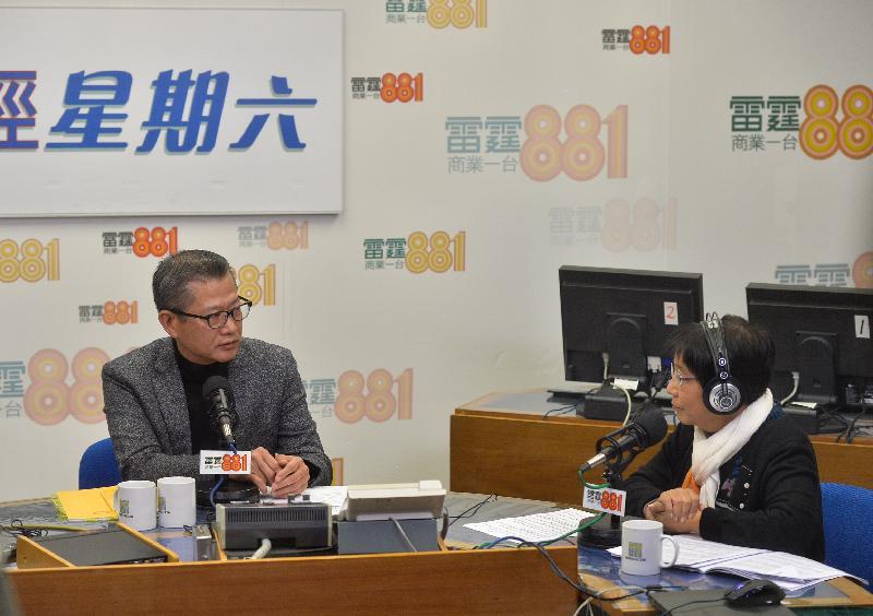 財政司司長陳茂波(左)今早(二月二十五日)出席商業電台節目「政經星期六」,回應有關二零一七至一八年度《財政預算案》的提問。