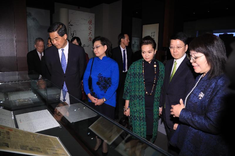 行政長官梁振英今日(二月二十八日)在香港文化博物館出席「金庸館」開幕典禮。圖示梁振英(前排左一)及夫人(前排左二)參觀展覽。