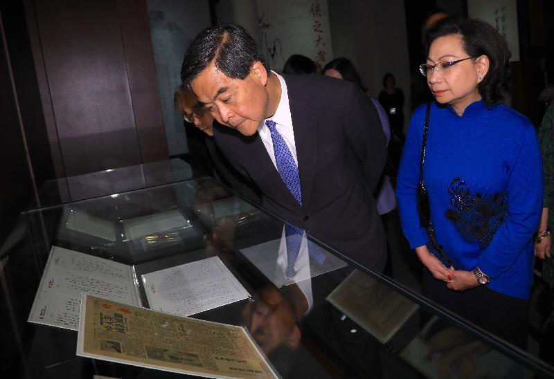行政長官梁振英今日(二月二十八日)在香港文化博物館出席「金庸館」開幕典禮。圖示梁振英及夫人參觀展覽。