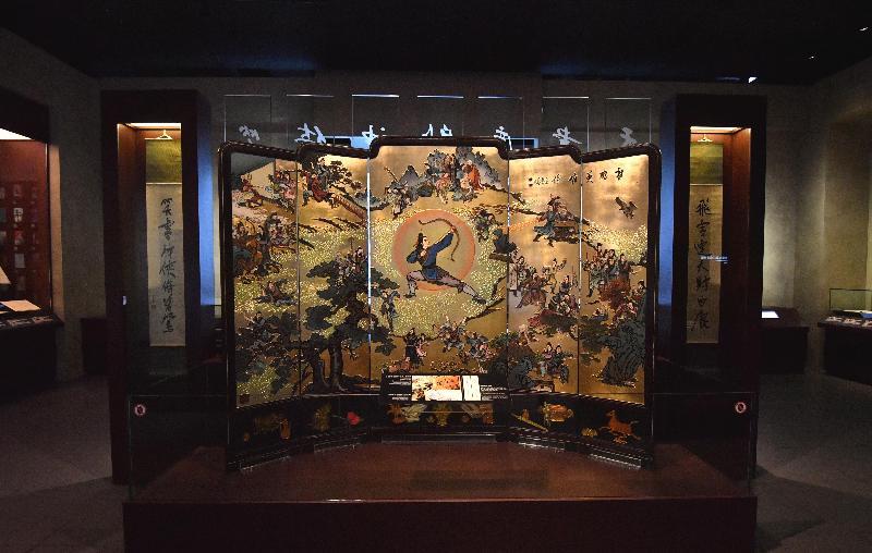 全港首個以著名作家查良鏞博士(筆名金庸)為主題的常設展館——「金庸館」,今日(二月二十八日)在香港文化博物館揭幕。圖示由查良鏞博士提供的《射鵰英雄傳》小說人物屏風(一九八○年代) 。