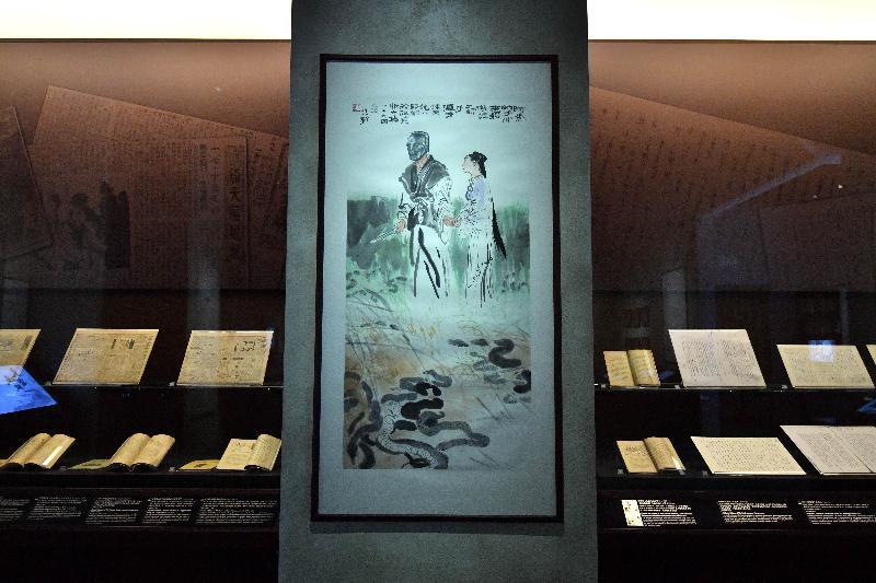 全港首個以著名作家查良鏞博士(筆名金庸)為主題的常設展館——「金庸館」,今日(二月二十八日)在香港文化博物館揭幕。圖示董培新《天龍八部》第三十三回「奈天昏地暗 斗轉星移」水墨畫(二○○五年)及其他展品。