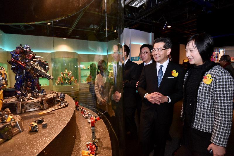 「香港玩具傳奇」展覽今日(三月一日)於香港歷史博物館開幕。圖示(左起)香港玩具廠商會會長譚祖德、商務及經濟發展局局長蘇錦樑和康樂及文化事務署署長李美嫦一同參觀展覽。