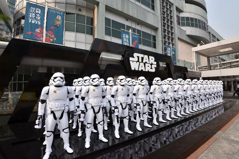 「香港玩具傳奇」展覽今日(三月一日)於香港歷史博物館開幕。圖為展品之一、博物館門外近百個《星球大戰》白兵。