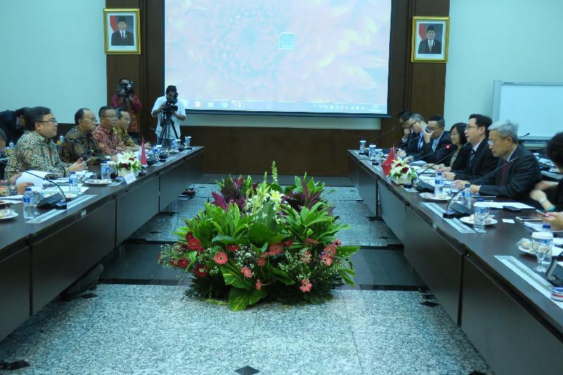 發展局局長馬紹祥(右二)昨日(三月一日)在印尼雅加達與印尼國家發展計劃委員會部長Brodjonegoro Bambang(左一)會面。