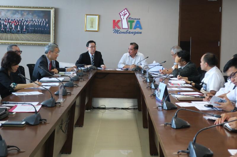 發展局局長馬紹祥(左五)昨日(三月一日)在印尼雅加達與印尼公共工程及住房部建設科總司長Yusid Toyib(左六)會面。