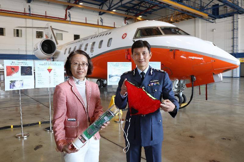 政府飛行服務隊總監陳志培(右)和天文台助理台長劉心怡(左)今日(三月三日)在聯合記者會上展示下投式探空儀。