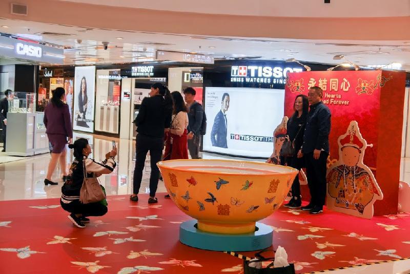 康樂及文化事務署現於中港城舉行《幸福閣》巡迴展覽,展期至三月二十日。圖示設有「永結同心」布景板的互動拍照區。