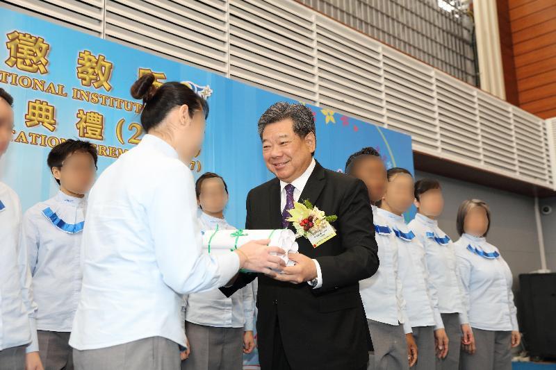 懲教署轄下的羅湖懲教所今日(三月八日)舉行證書頒發典禮,向154名在囚人士頒發學業證書。圖示仁愛堂董事局主席鄧錦雄博士(右)頒發證書予學員代表。