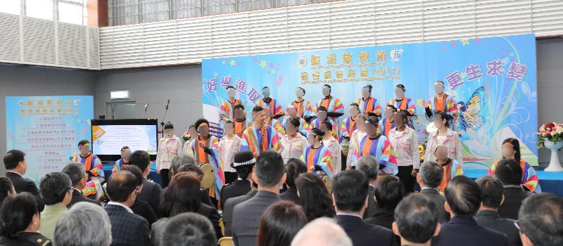懲教署轄下的羅湖懲教所今日(三月八日)舉行證書頒發典禮,向154名在囚人士頒發學業證書。在典禮上,在囚人士表演非洲鼓及唱歌,藉此表達對家人、義工及懲教人員的謝意。
