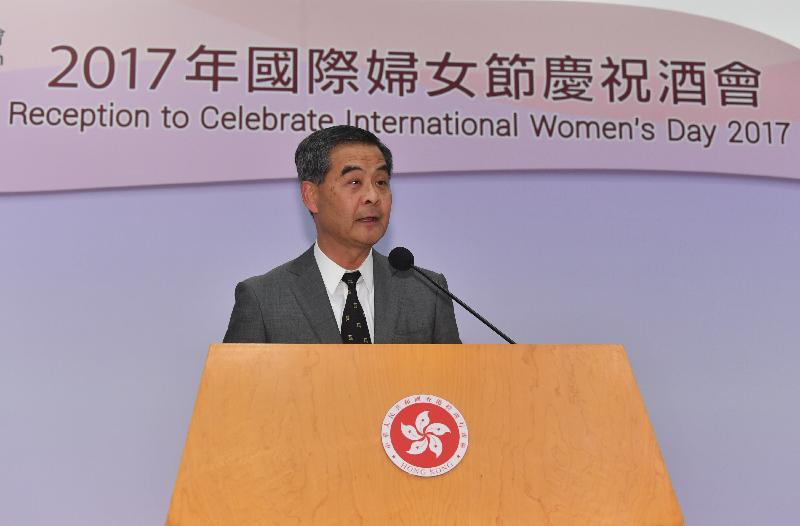 行政長官梁振英今日(三月八日)在添馬政府總部為婦女事務委員會舉辦的酒會主禮,慶祝二○一七年國際婦女節。圖示梁振英在酒會上致辭。