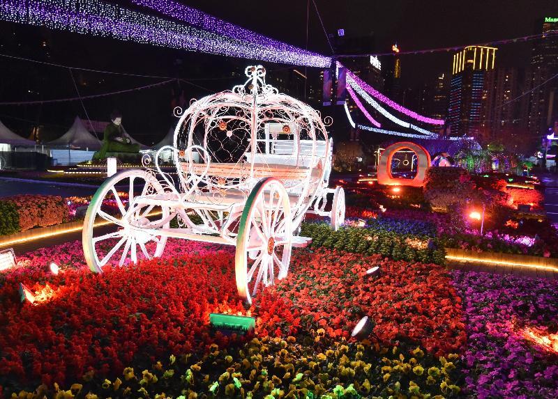二零一七年香港花卉展覽明日(三月十日)至三月十九日在維多利亞公園舉行。香港花卉展覽的亮點項目之一「愛‧賞花」燈光匯演於每晚七時半及八時半上演。在夜幕下,會場中軸線的園林造景結合燈光和音樂效果,令人賞心悅目。