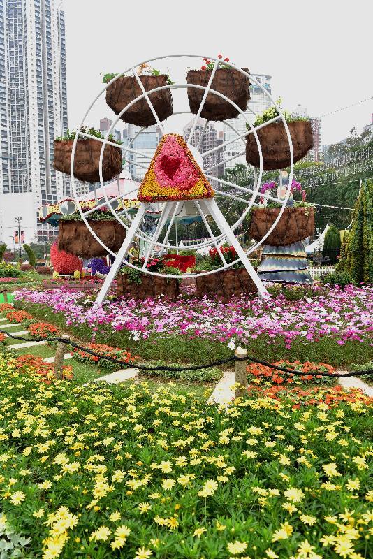 二零一七年香港花卉展覽明日(三月十日)至三月十九日在維多利亞公園舉行。鑲嵌花壇「遊園樂」以各式各樣傳統機動遊戲為造型,喚起遊人的快樂回憶。