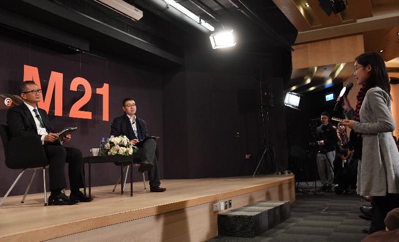 財政司司長陳茂波今日(三月九日)下午出席香港青年協會舉辦的「預算案Online@M21」網上直播節目,與青年人討論二○一七至一八年度《財政預算案》。圖示陳茂波(左)與青年人討論《財政預算案》。