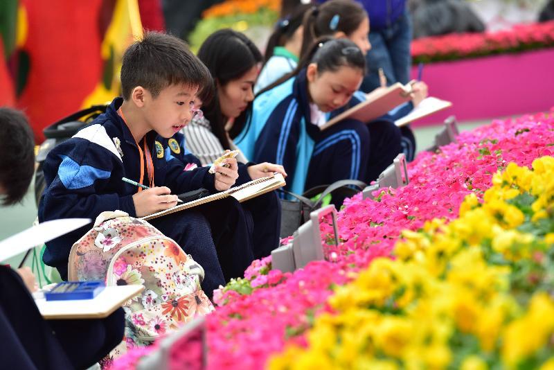 香港花卉展覽今日(三月十日)在維多利亞公園開幕。參與今日繪畫比賽的學童,以場內的展品為題材,發揮創意。