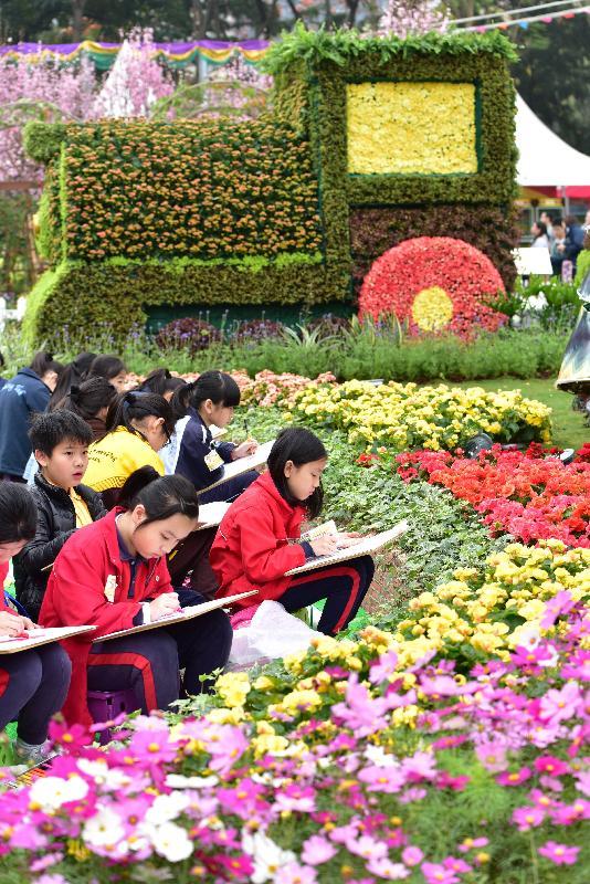 香港花卉展覽今日(三月十日)在維多利亞公園開幕。學生以場內繽紛美麗的景點為題材,投入參與繪畫比賽。