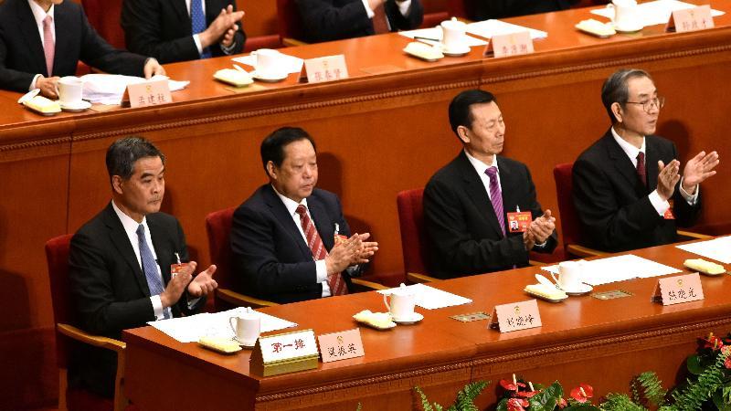 行政長官梁振英(左一)今日(三月十三日)上午在北京出席全國政協十二屆五次會議的閉幕會。