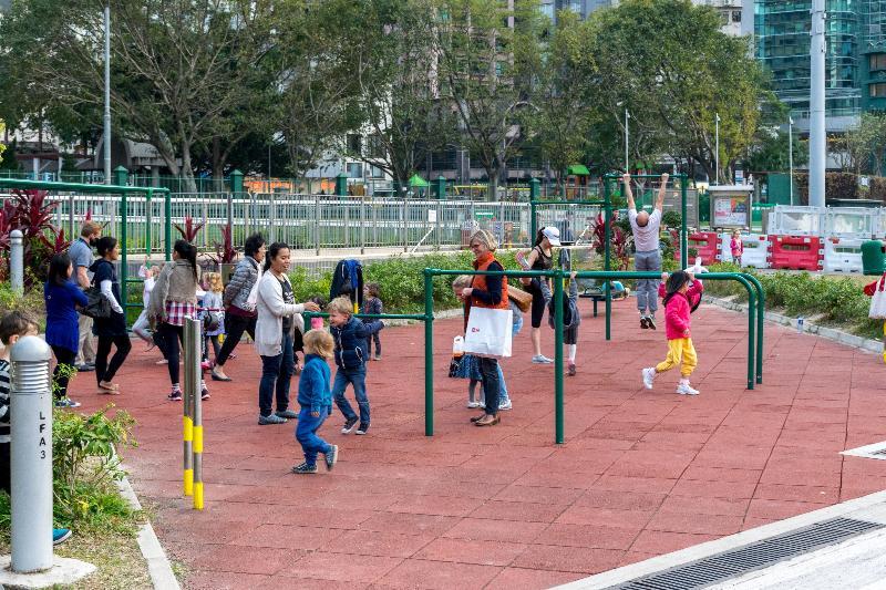 渠務署在「跑馬地地下蓄洪計劃」竣工後翻新的跑馬地遊樂場。