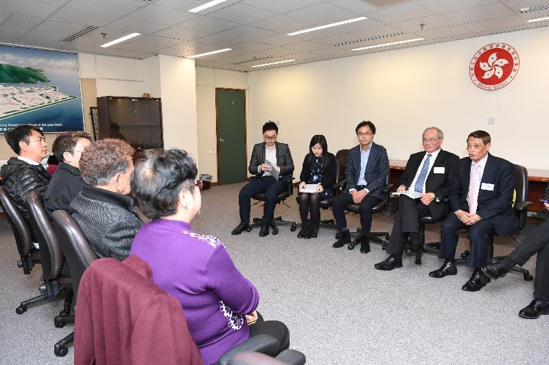 教育局局长吴克俭(右二)今日(三月十六日)与离岛区议会主席及区议员会面,了解该区的整体发展,并就教育事宜交换意见。