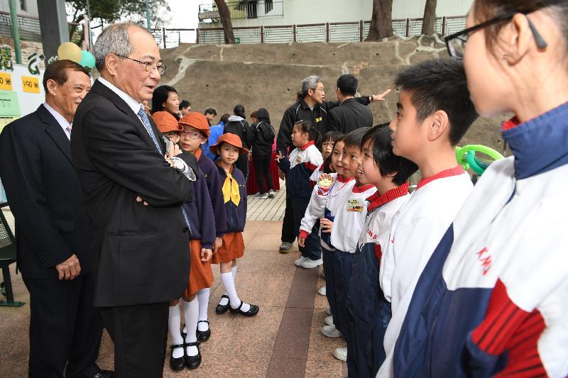 教育局局长吴克俭(左二)今日(三月十六日)到访离岛区,探访在长洲运动场举行运动会的国民学校师生。图示吴克俭为同学加油打气。