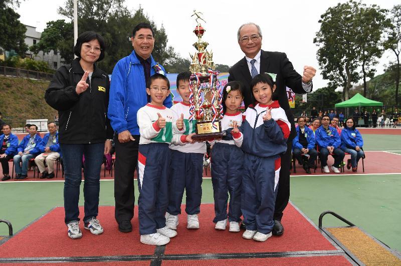 教育局局长吴克俭(后排右一)今日(三月十六日)到访离岛区,在长洲运动场为国民学校的运动会颁发奖项予学生。
