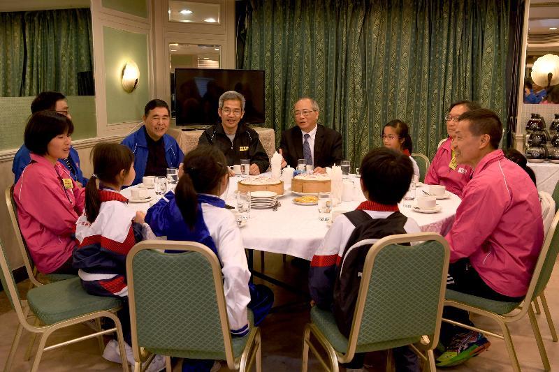 教育局局长吴克俭今日(三月十六日)与国民学校校监、校长及家长教师会代表会面,了解学校发展及家校合作的情况。