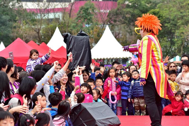 香港花卉展覽於星期日(三月十九日)結束,大會在展覽期間安排了多項活動,其中設於中央草坪的「開心樂園」備受歡迎,氣氛熱鬧。