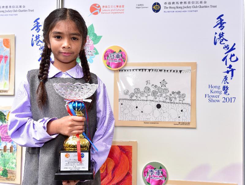 在維多利亞公園舉行的香港花卉展覽明日(三月十九日)晚上九時閉幕。上星期進行的賽馬會學童繪畫比賽今日(三月十八日)舉行頒獎典禮,得獎作品現於會場內展出。圖為初小組冠軍Levannah Guzman及其得獎作品。