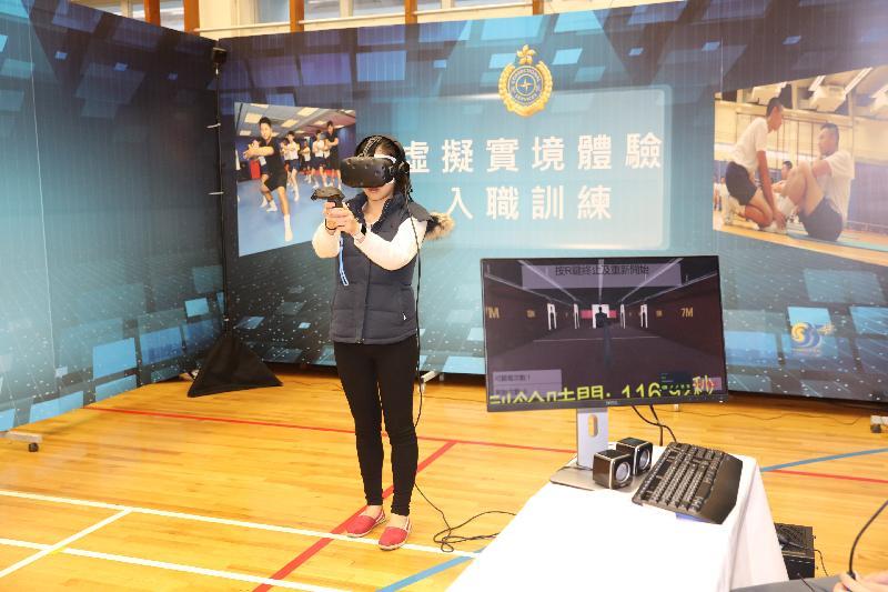 適逢香港特別行政區成立二十周年,懲教署亦同時慶祝「監獄署易名懲教署三十五周年」,今日(三月十八日)在赤柱職員訓練院和香港懲教博物館舉辦「懲教今昔35載」開放日。圖示參觀人士透過虛擬實境技術,親身體驗入職訓練、區域應變隊訓練和警衞犬隊的工作情況。