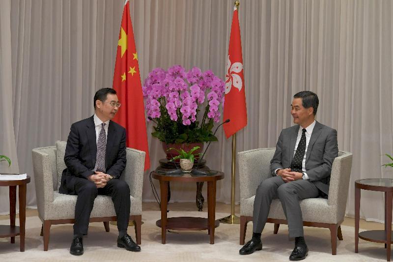 行政長官梁振英(右)今日(三月二十二日)上午在行政長官辦公室與訪港的廣州市市長溫國輝(左)會面,就雙方共同關心的課題交換意見。