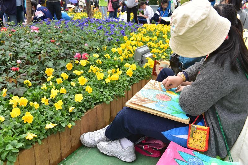 康樂及文化事務署四月九日(星期日)在深水埗區舉辦「玩轉公園日——春日賞繪@荔枝角公園」,費用全免,歡迎市民即場參加。市民可參與繪畫工作坊,在繪畫導師的指導下在公園指定位置享受寫生或填色的樂趣。