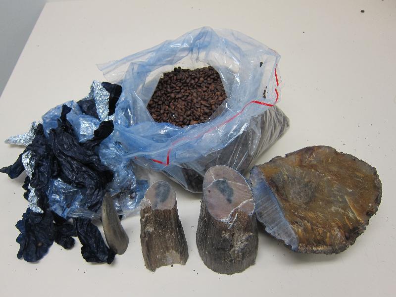 香港海關於三月二十二日在香港國際機場兩件空運快遞郵件中檢獲12件懷疑犀牛角。