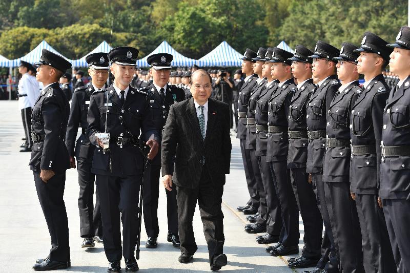 政務司司長張建宗(中)今日(三月二十四日)在入境事務處學員結業會操上檢閱學員。