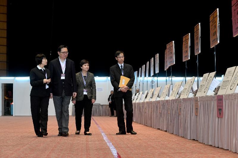 選舉管理委員會主席馮驊法官(左二)及選舉主任朱芬齡法官(右二)今日(三月二十五日)上午到香港會議展覽中心巡視二○一七年行政長官選舉的主投票站,並聽取投票站主任簡介投票程序。旁為總選舉事務主任黃思文(右一)。