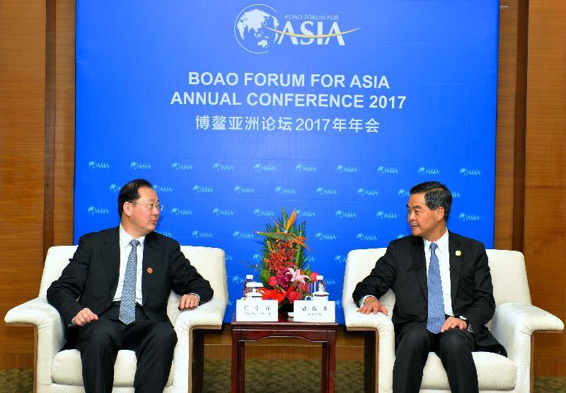 行政長官梁振英(右)今日(三月二十五日)在海南出席博鰲亞洲論壇2017年年會期間,與廣州市委書記任學鋒會面。