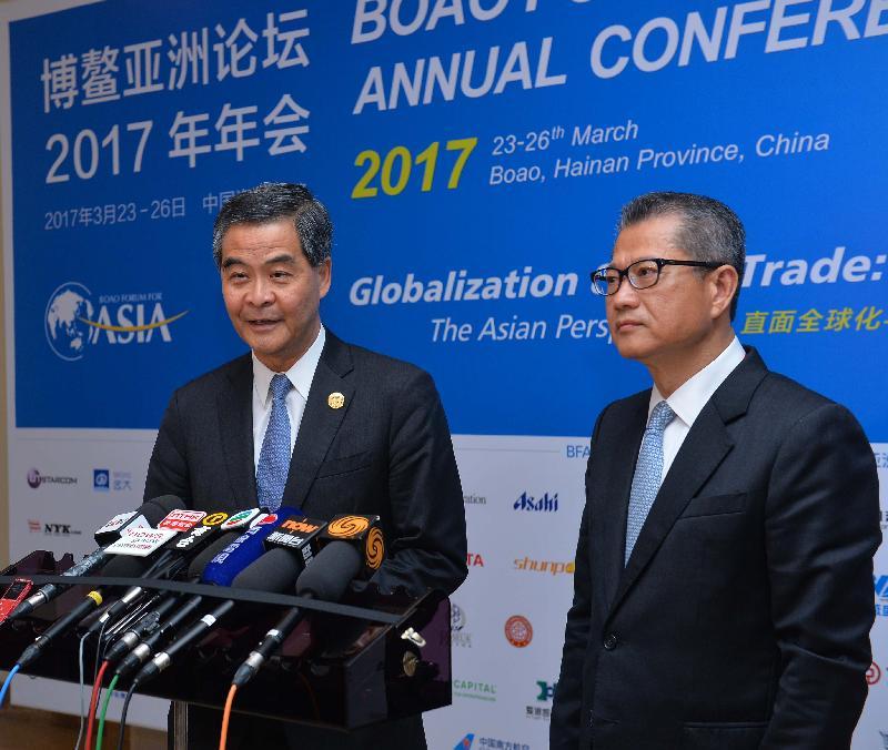 行政長官梁振英(左)今日(三月二十五日)在海南博鰲會見傳媒。旁為財政司司長陳茂波。