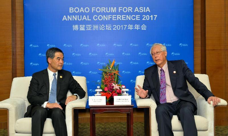 行政長官梁振英(左)今日(三月二十五日)在海南出席博鰲亞洲論壇2017年年會期間,與新加坡榮譽國務資政吳作棟會面。