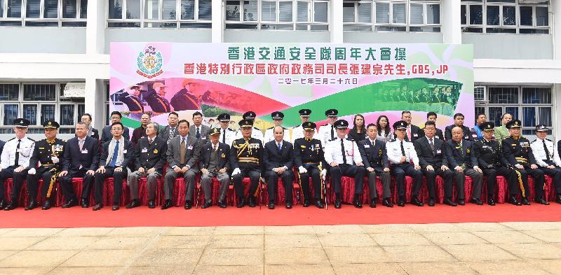 政務司司長張建宗(前排左九)今日(三月二十六日)於香港警察學院香港交通安全隊周年大會操上,與香港交通安全隊總監洪爲民博士(前排左八)及其他嘉賓合照。