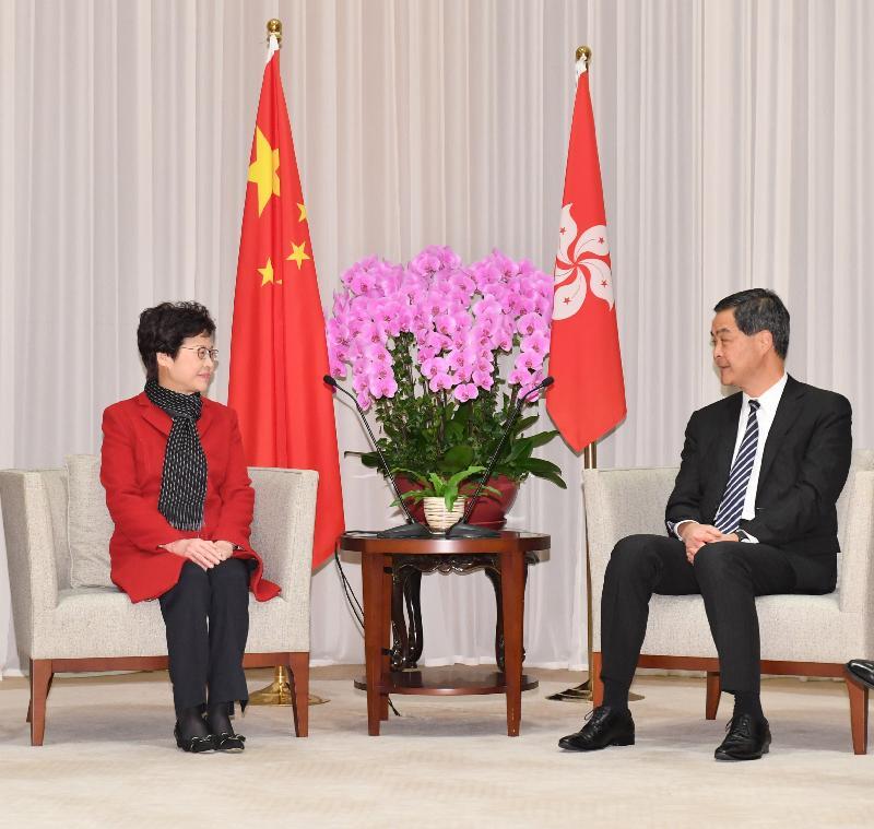行政長官梁振英(右)今早(三月二十七日)在行政長官辦公室與候任行政長官林鄭月娥(左)會面。