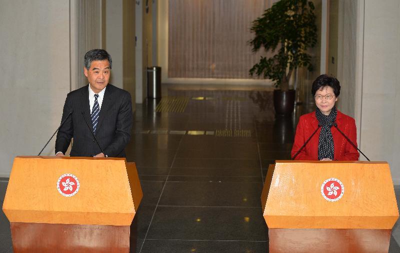 行政長官梁振英(左)今早(三月二十七日)在行政長官辦公室與候任行政長官林鄭月娥(右)會面後會見傳媒。