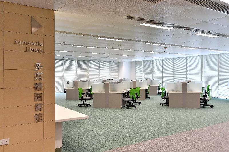 圓洲角公共圖書館明日(三月三十日)起開放予市民使用。圖示圓洲角公共圖書館內的多媒體圖書館。