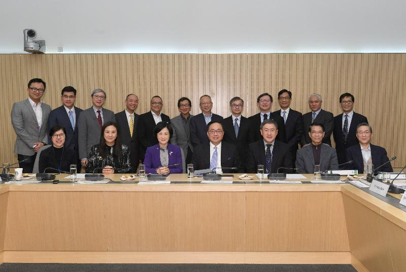 创新及科技局局长杨伟雄(前排中)今日(三月三十日)主持创新及科技谘询委员会最后一次会议。