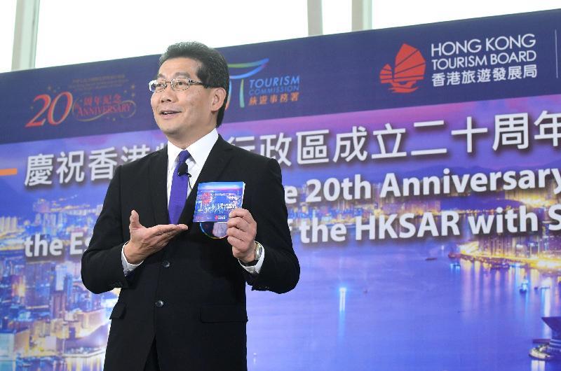 商務及經濟發展局局長蘇錦樑今日(三月三十一日)在香港國際機場舉行的「慶祝香港特別行政區成立二十周年禮遇精選」派發活動上表示,為慶祝香港特別行政區成立二十周年,旅遊事務署和香港旅遊發展局攜手合作,邀請了本地二十一個景點及旅遊業界夥伴,為旅客提供多項精選優惠。