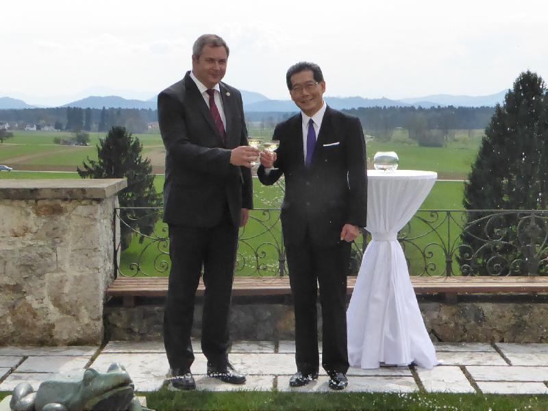 商務及經濟發展局局長蘇錦樑(右)昨日(斯洛文尼亞時間四月二日),與斯洛文尼亞與斯洛文尼亞共和國副總理兼農業、林業及食品部部長戴揚.日丹會面。