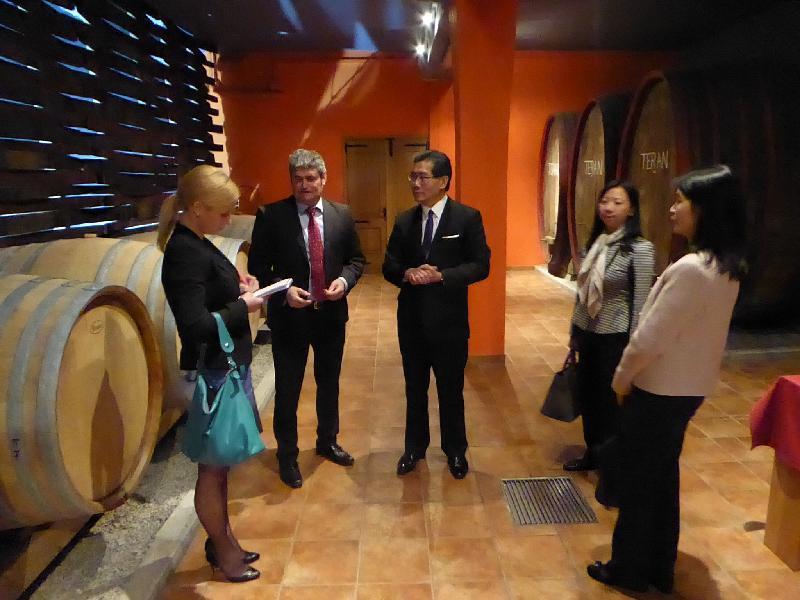 商務及經濟發展局局長蘇錦樑(中)昨日(斯洛文尼亞時間四月二日)到訪斯洛文尼亞一家酒莊,了解其營運情況。