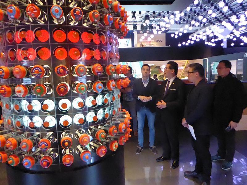 商務及經濟發展局局長蘇錦樑昨日(米蘭時間四月四日)為2017米蘭設計周香港設計展Confluence‧20+ Creative Ecologies of Hong Kong主持開幕儀式。蘇錦樑(右三)於早上到訪米蘭一個與設計相關的社區Zona Tortona。