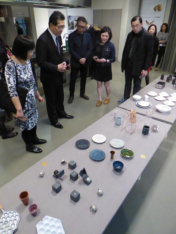 商務及經濟發展局局長蘇錦樑昨日(米蘭時間四月四日)為2017米蘭設計周香港設計展Confluence‧20+ Creative Ecologies of Hong Kong主持開幕儀式。蘇錦樑(左二)於早上到訪米蘭的Eataly Milan Smeraldo美食廣場。