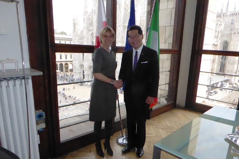 商務及經濟發展局局長蘇錦樑(右)昨日(米蘭時間四月四日)在米蘭與主管旅遊、體育和生活質素事務的米蘭副市長Roberta Guaineri會面,向她介紹香港為意大利企業提供的商機。