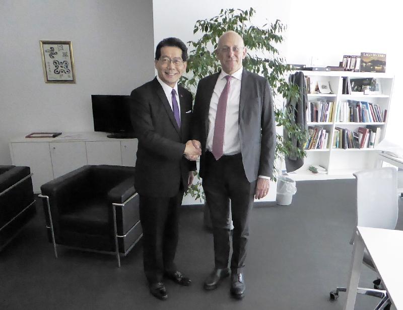 商務及經濟發展局局長蘇錦樑(左)昨日(米蘭時間四月四日)在米蘭與倫巴第地區經濟發展部部長Mauro Parolini會面,向他介紹香港為意大利企業提供的商機。