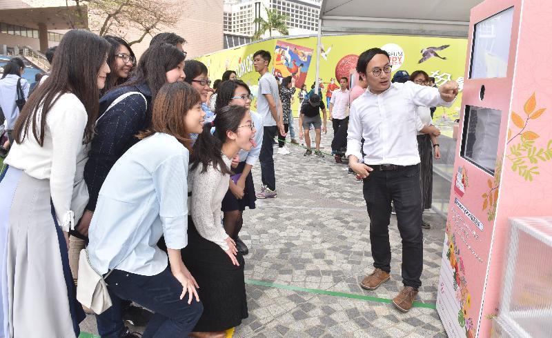 「城市藝裳計劃:藝滿階梯」啟動儀式今日(四月五日)於香港文化中心露天廣場舉行。圖示啟動儀式現場設有以花為主題的免費即影即有服務 。