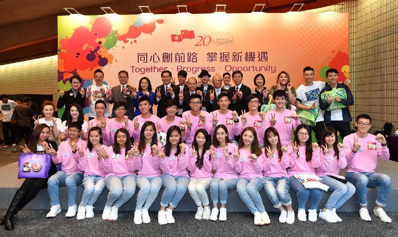 政務司司長張建宗今日(四月六日)主持香港特別行政區成立二十周年慶祝活動記者會。圖示張建宗(後排左七)、民政事務局常任秘書長馮程淑儀(後排左四)、慶典統籌辦公室主任梁松泰(後排右五)與出席記者會的歌手、青年大使及其他嘉賓合照。